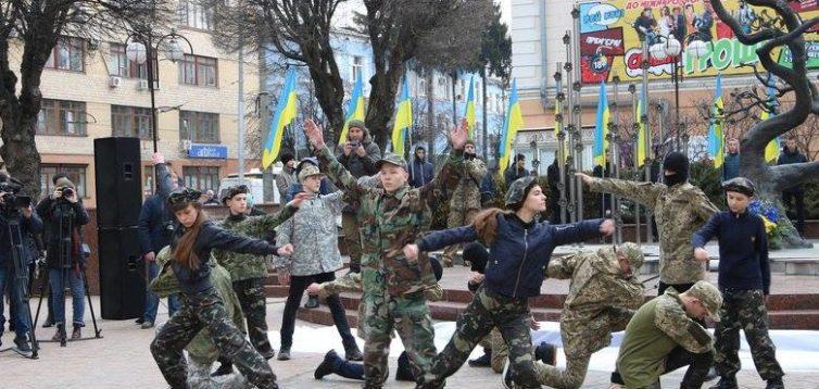 В кращих традиціях РФ: у Вінниці героїв Небесної сотні вшанували танцем в стилі мілітарі. ФОТО