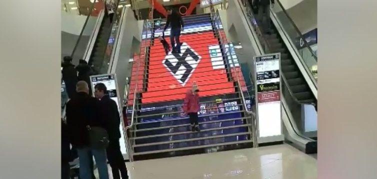 Хакерська атака: в торговельному центрі Києва на LED-сходах з'явилася свастика. ВІДЕО