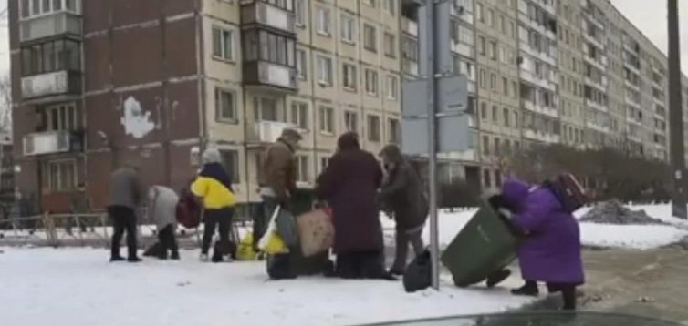 Росіянам хочуть заборонити збирати їжу в сміттєвих баках