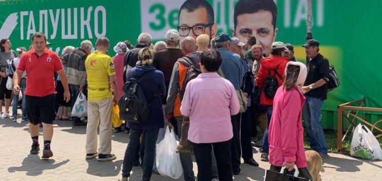 """На Київщині кандидат від """"Слуги народу"""" підкуповує виборців роздачею їжі. ФОТО"""