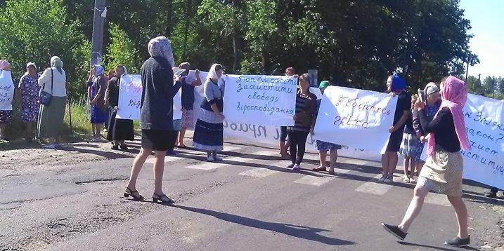 На Волині селяни перекрили дорогу і вимагають повернути УПЦ МП. ВІДЕО