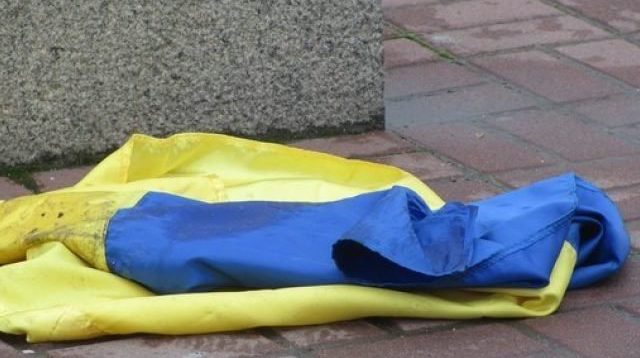 """Представники """"Нацкорпуса"""" напали на активістів """"ЄС"""", порвали прапор України і витерли об нього ноги"""