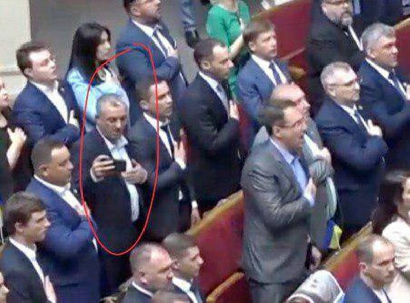 """У Раді депутат від """"Слуги народу"""" під час виконання гімну робив селфі. ФОТО"""