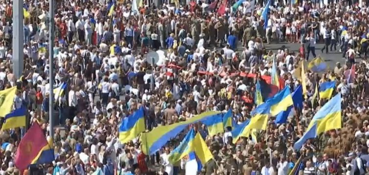 """""""Ганьба!"""": учасники Маршу Захисників освистали кореспондента каналу 1+1. ВІДЕО"""