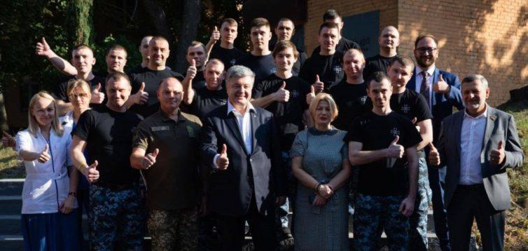 Прихильники Зеленського накинулися з образами на звільнених моряків за зустріч з Порошенком