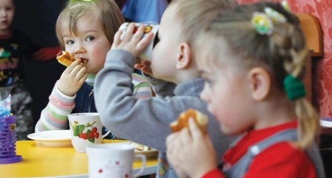 В остаточному проекті бюджету видатки на допомогу сім'ям з дітьми та малозабезпеченим уріжуть на 3,5 млрд