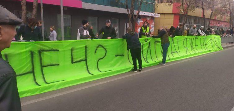 """В Маруіполі Зеленського зустрічають банером """"Мне 42-й год, я же не лох"""". ФОТО"""