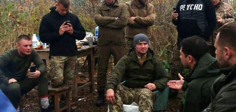 Зеленський про добровольців: озброєні люди, які лякають мирних жителів і заважають розвести війська