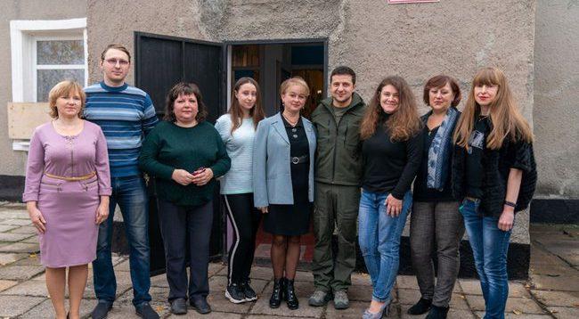 Вчителі, які просили Зеленського розвести сили в Золотому, виявилися шанувальниками бойовиків. ФОТО