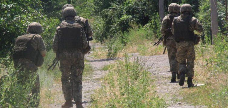 На передовій солдат агітують, що розведення сил врятує їм життя. ФОТО