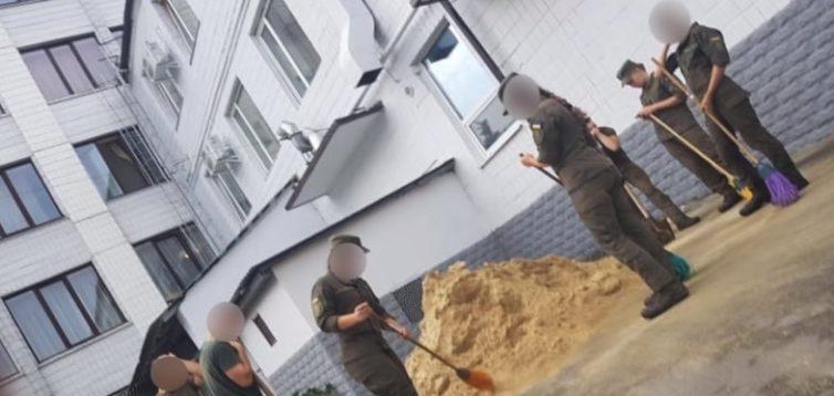 """""""Підмітають пісок і розгрібають помиї"""": в Харкові знущаються над курсантами Нацгвардії. ВІДЕО"""