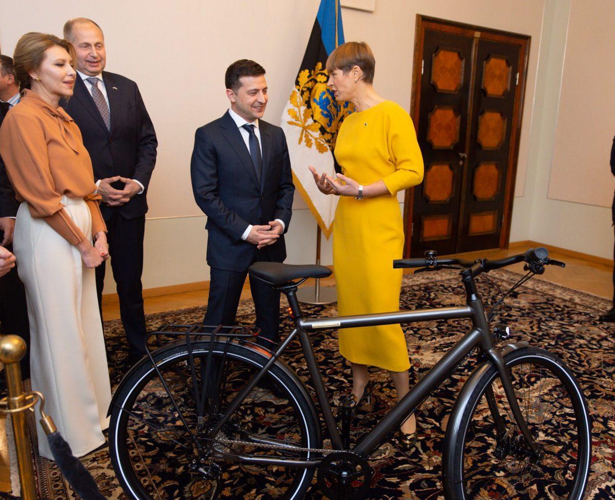 Президентка Естонії подарувала Зеленському велосипед. ФОТО
