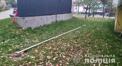 На Киевщине россиянин сломал флагшток с флагом ОУН. ФОТО