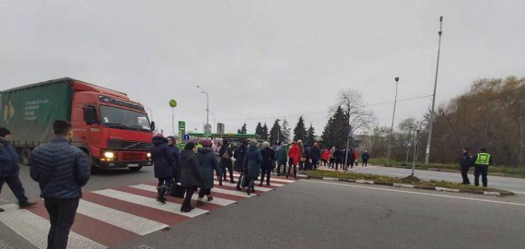 На Рівненщині медики перекрили трасу через невиплату зарплати. ВІДЕО