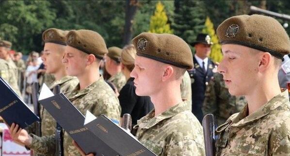 Зеленського просять скасувати призов в армію з 18 років