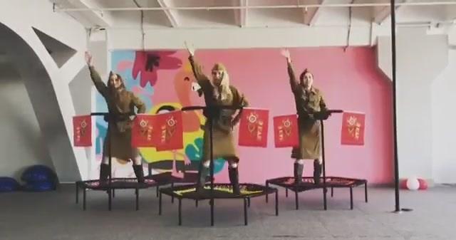 «Клиническое победобесие»: в сети высмеяли ролик с танцем ко дню победы. ВИДЕО