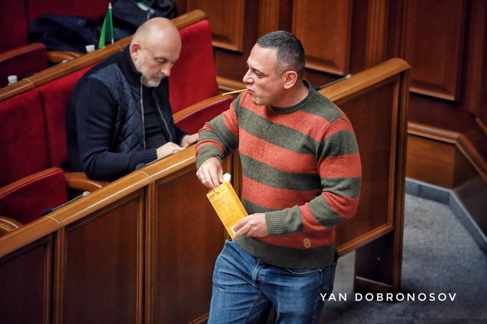 """""""Бидло"""": у мережі рознесли одіозного депутата Бужанського, який їв прямо у Парламенті. ФОТО"""