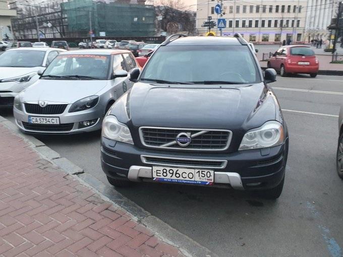У Києві помічено автомобіль зі структури Управління справами президента Росії. ФОТО