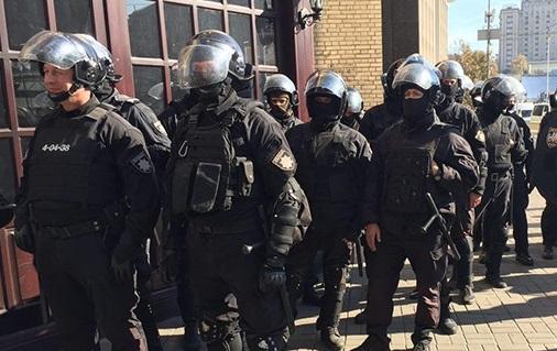 """Ми вже в Росії?: у Києві поліція жорстоко """"пакувала"""" людей за те, що знімали на телефон. ВІДЕО"""