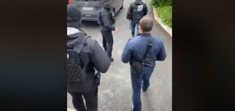"""Спецназ ДБР влаштували """"маски-шоу"""" часів Януковича у музеї з картинами Порошенка"""