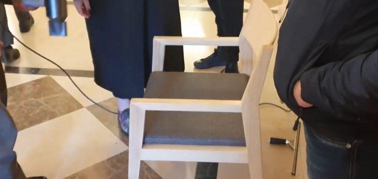 Як Зеленському сушили феном стілець для пресконференції. Відео