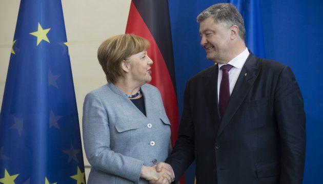 """Українці отримали безвіз лише завдяки """"напористості"""" Порошенка:- Меркель"""
