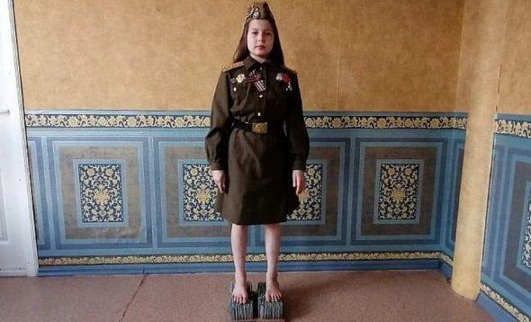 """""""Совкодрочерство і побєдобєсіє"""" – російська школярка годину стояла на цвяхах під воєнні пісні"""