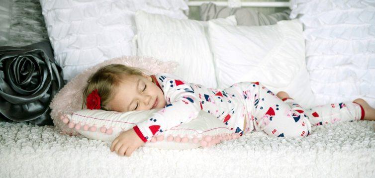 Навіщо привчати дитину спати в піжамі