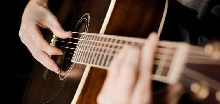 (Рус) Выбираем акустическую гитару для начинающих музыкантов