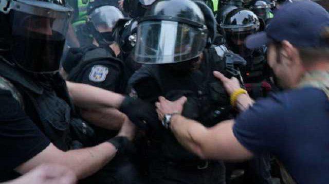 На суді над Стерненко помітили поліцейського із символікою бойовиків ДНР