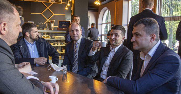 Зеленського не змогли оштрафувати за посиденьки в кафе Хмельницького