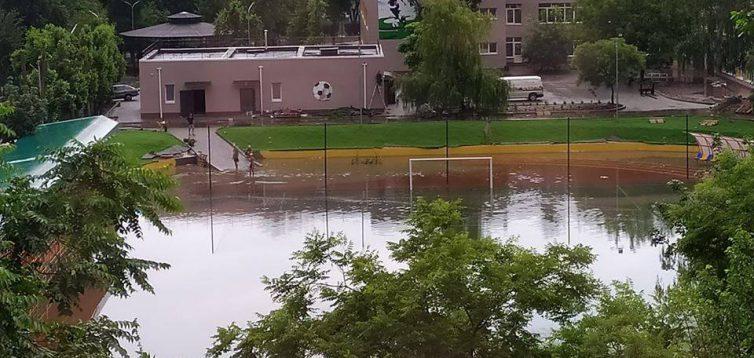 Стадион в Южном, который открыл Зеленский, затопленный водой после дождя