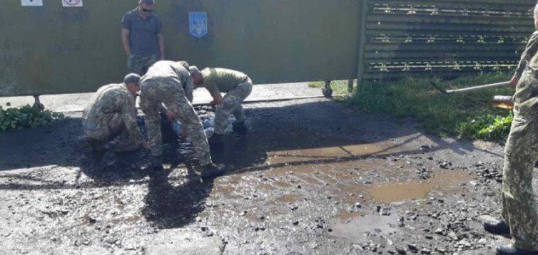 У Луцьку військових змусили вичерпувати воду з калюж до приїзду Зеленського. Відео