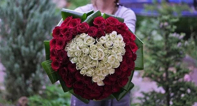 (Рус) 101 роза: что учесть при выборе и как заказать доставку в Киеве