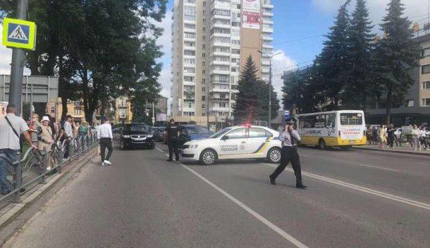 У Луцьку незадоволений владою озброєний чоловік захопив автобус із заручниками. Відео