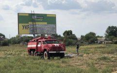 """У Миколаївській області рекламу від """"Слуги народу"""" розклеювали за допомогою пожежної машини. ВІДЕО"""