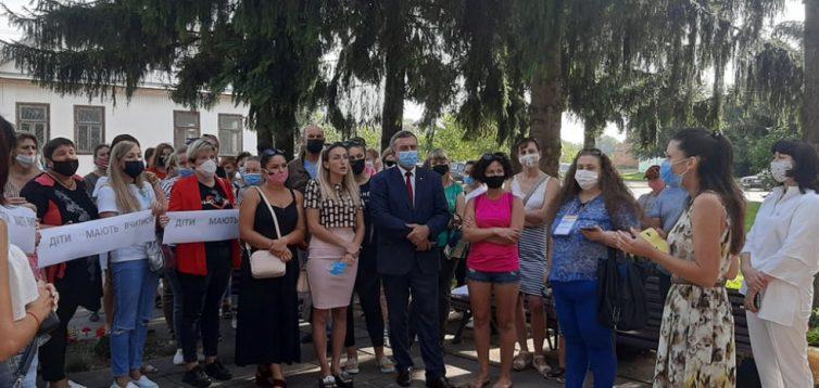 В Дубно батьки протестують проти онлайн-навчання. ВІДЕО