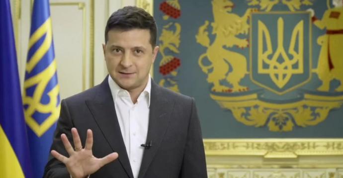 """Опитування Зеленського будуть проводити люди в накидках з написом """"5 запитань від президента"""",- ДОКУМЕНТ"""