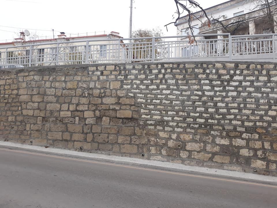 Щоб так само як в РФ: В Криму стіну змурували з різних матеріалів. ФОТО