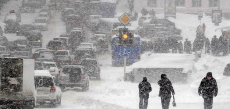 У Києві для ліквідації снігових заметів, використали військовий транспорт. ВІДЕО/ФОТО