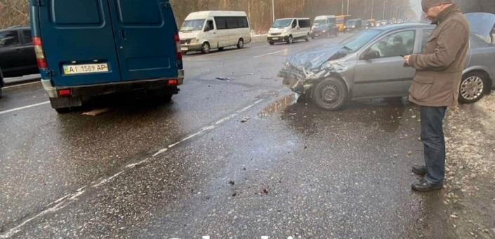 """Під Києвом """"Газель"""" вилетіла на зустрічну смугу та зіткнулася з двома авто"""