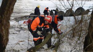У Чернігівській області вантажівка впала з мосту у Десну, водій-іноземець загинув. ФОТО