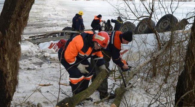 В Черниговской области грузовик упал с моста в Десну, водитель-иностранец погиб. ФОТО