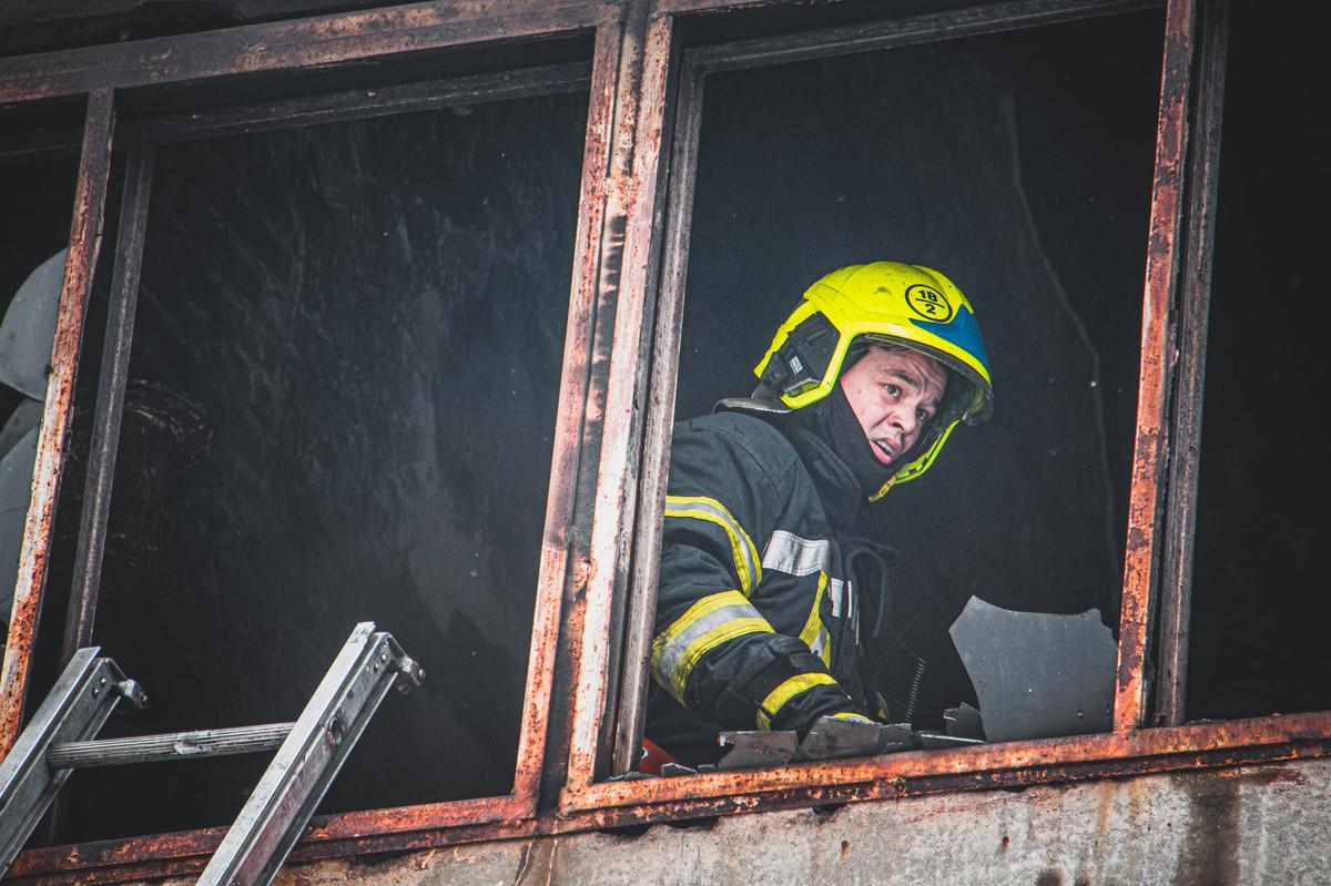 У Києві загорівся авторемонтний завод. ФОТО