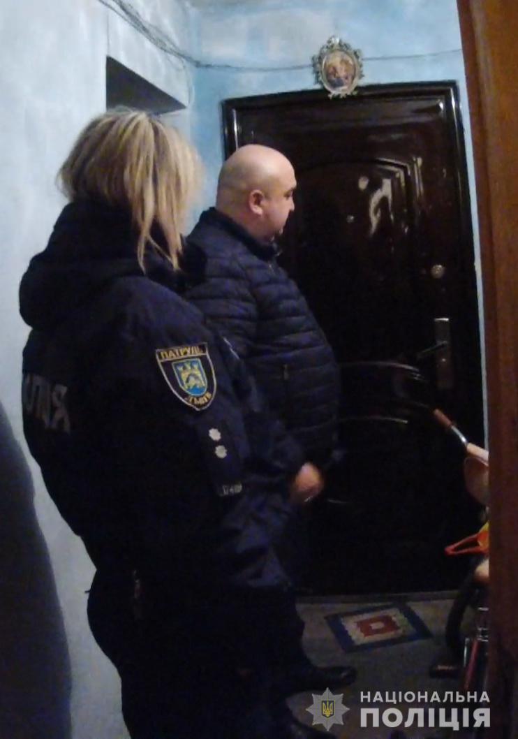 У Львові поліція врятувала від голоду дітей, батьки яких були зайняті пияцтвом. ФОТО