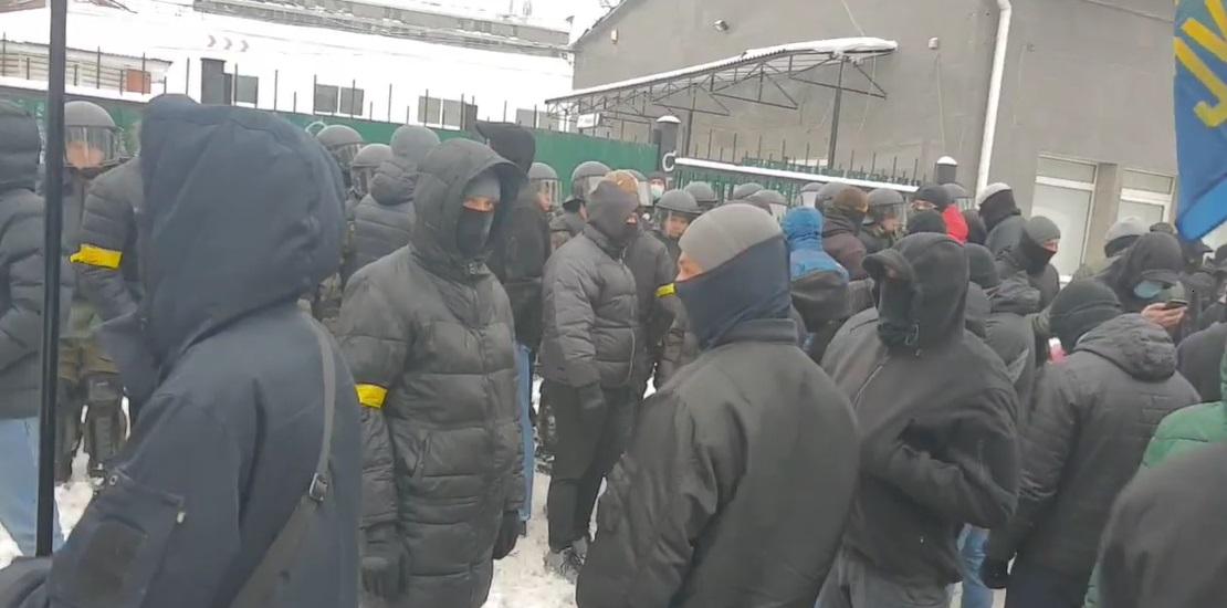 У центрі Києва заблокували базу проросійських провокаторів, очевидці повідомляють про постріли. ВІДЕО. ФОТО