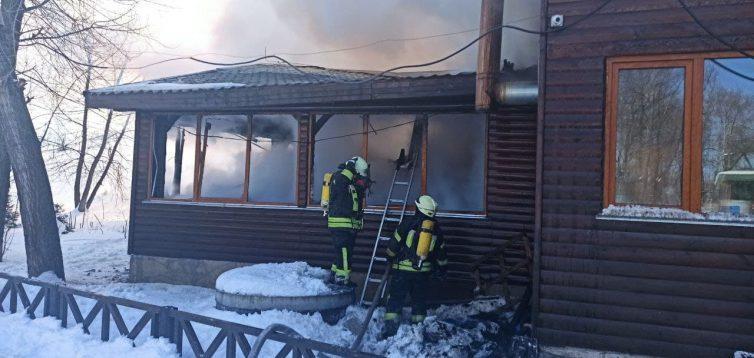 В Києві на території парку Муромецьсталася пожежа. ФОТО
