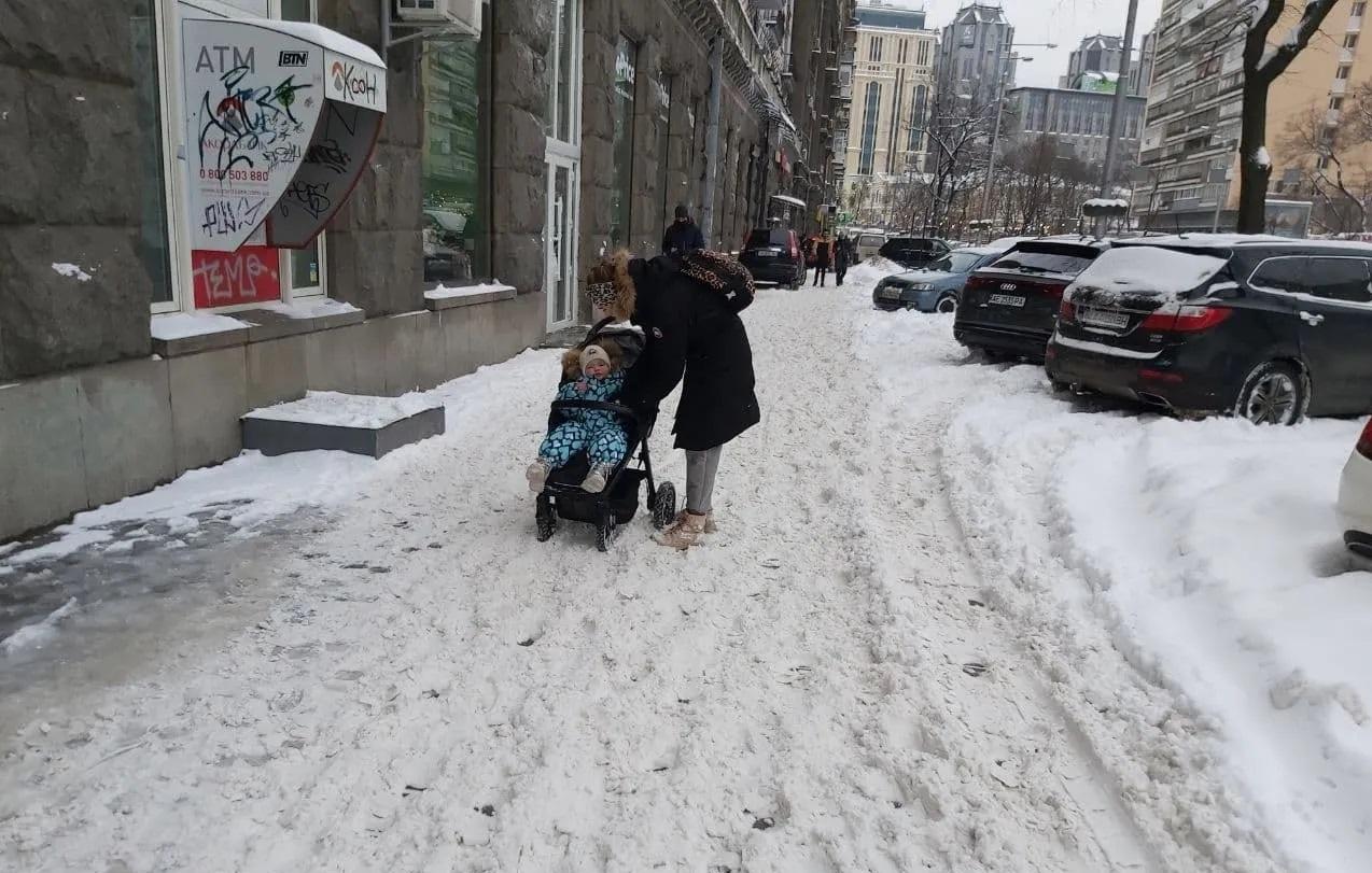 Через снігопади Київ третій день стоїть у заторах, люди не можуть нормально дістатися на роботу і додому. ФОТО