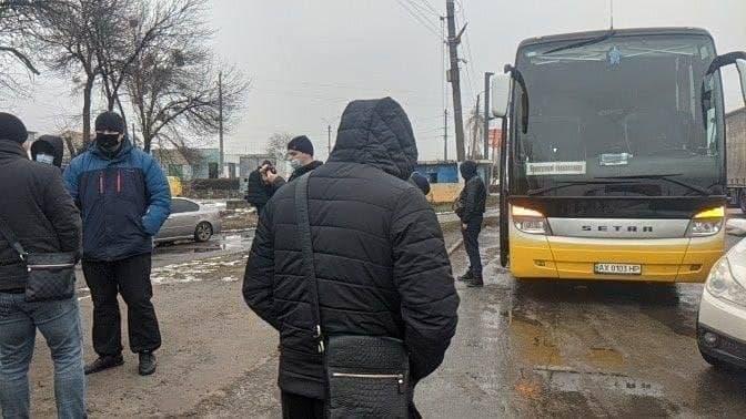 """На виїзді з Харкова заблокували автобус з """"тітушками"""", яких везли до Києва. ФОТО"""