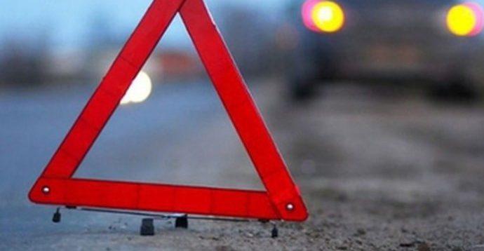 У Києві вночі зіткнулися автомобіль Chevrolet і кур'єр на моторолері. ВІДЕО